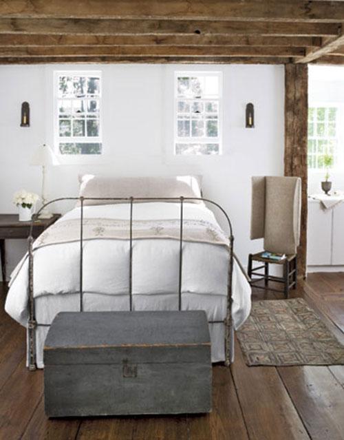 Landelijke slaapkamer met houten meubelset.