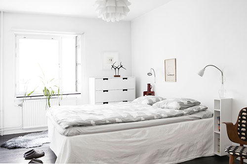 Witte slaapkamer met donkere vloer  Slaapkamer ideeën