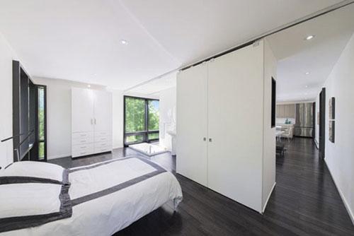 Witte Slaapkamer Met Donkere Vloer Ideen