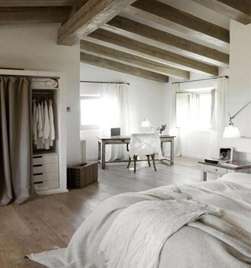 Landelijke slaapkamer met balkenplafond