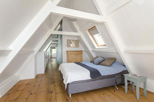De slaapkamer is al voorzien van een grote raam, waar je kan genieten ...