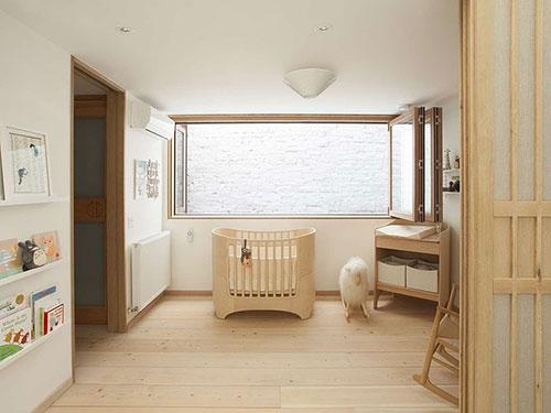 Babykamer met veel hout