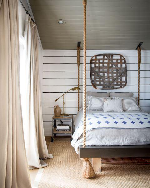 Bed hangend aan touwen aan plafond