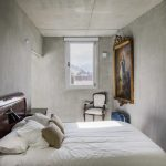 Betonnen slaapkamer met een klassiek chique koloniale inrichting