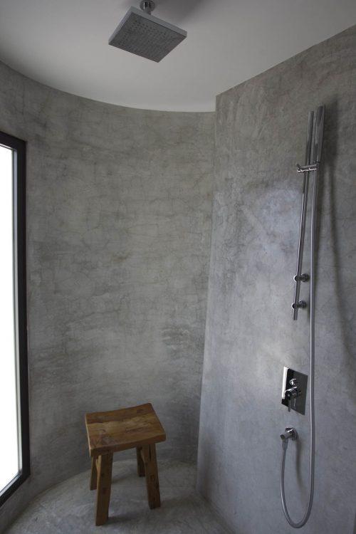 Betonstuc slaapkamer met open badkamer