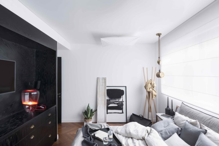 Chique slaapkamer met grote inbouwkasten