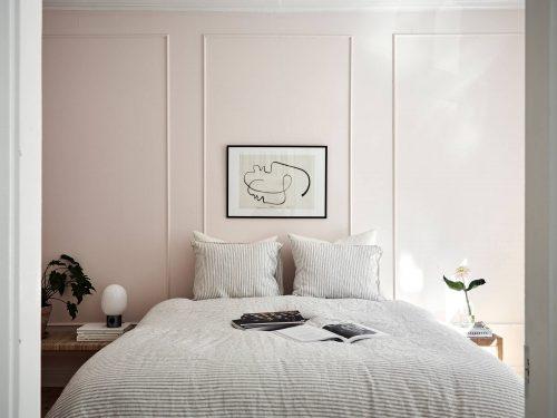 Chique slaapkamer met lichtroze muren