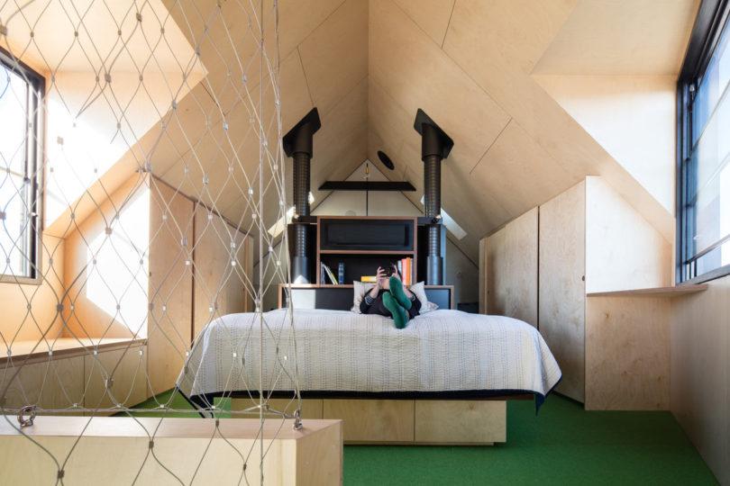 Compacte zolder slaapkamer met multiplex wanden