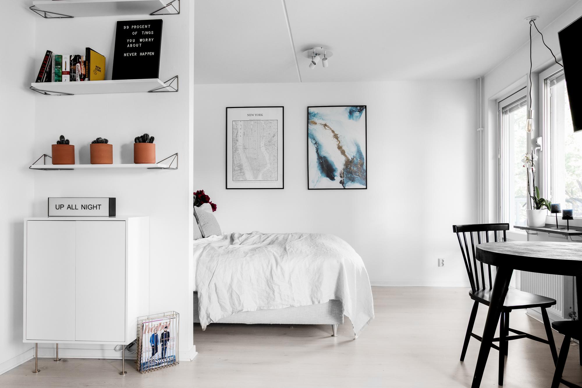 Creatief ingericht klein appartement met half open slaapkamer
