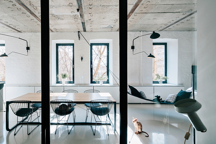 Crosby Studios koos voor stalen kozijnen en deuren tussen de slaapkamer en woonkamer