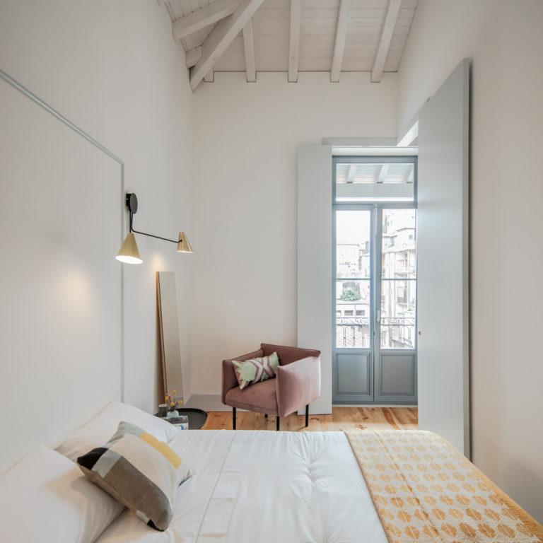 De mooie slaapkamers van een strak verbouwd Portugees appartementencomplex