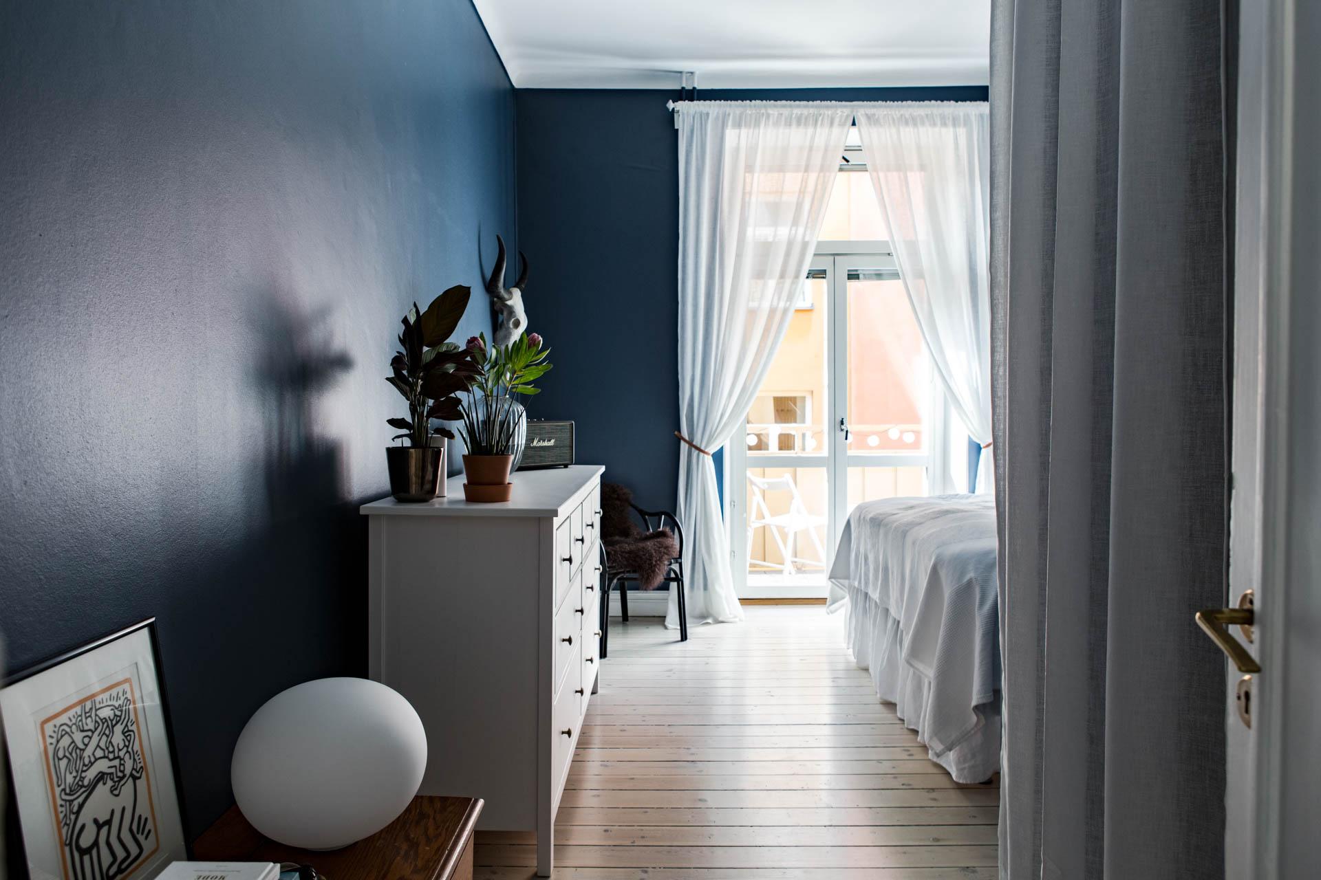 De muren in deze slaapkamer zijn blauw geschilderd!