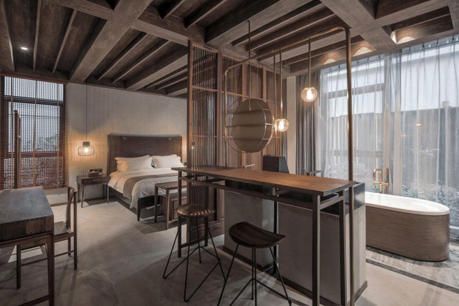 De rustiek stoere slaapkamers van het YU hotel in Shanghai