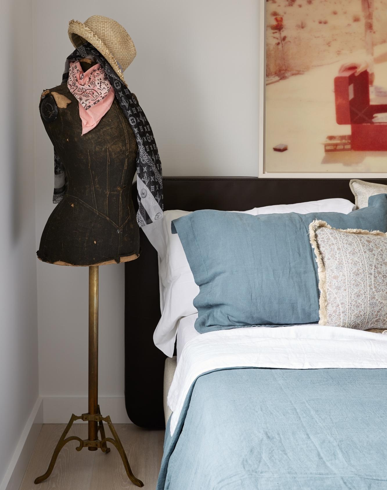 Deze elegante slaapkamer is ingericht als een Parisienne boutique hotel