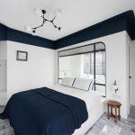 Deze geometrische ruimte is ingericht als slaapkamer en badkamer