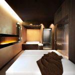 Deze kamer in natuurthema heeft een rond jacuzzi bad, een inloopdouche én een sauna!