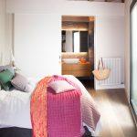 Deze karakteristieke slaapkamer is ingericht met een hele fijne badkamer en suite!