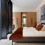 Deze master bedroom is ingericht als een luxe hotelkamer