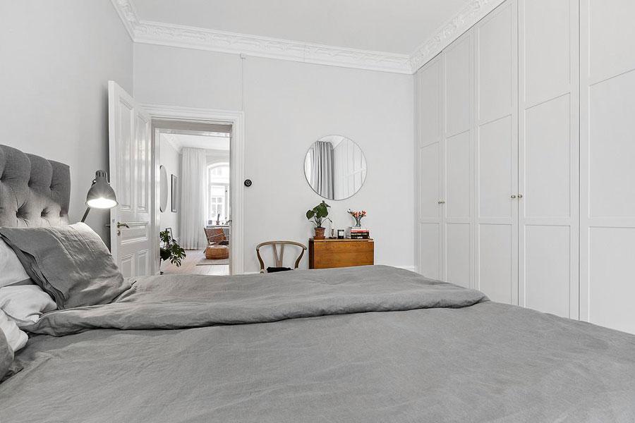 Deze slaapkamer heeft een indrukwekkende inbouwkast!