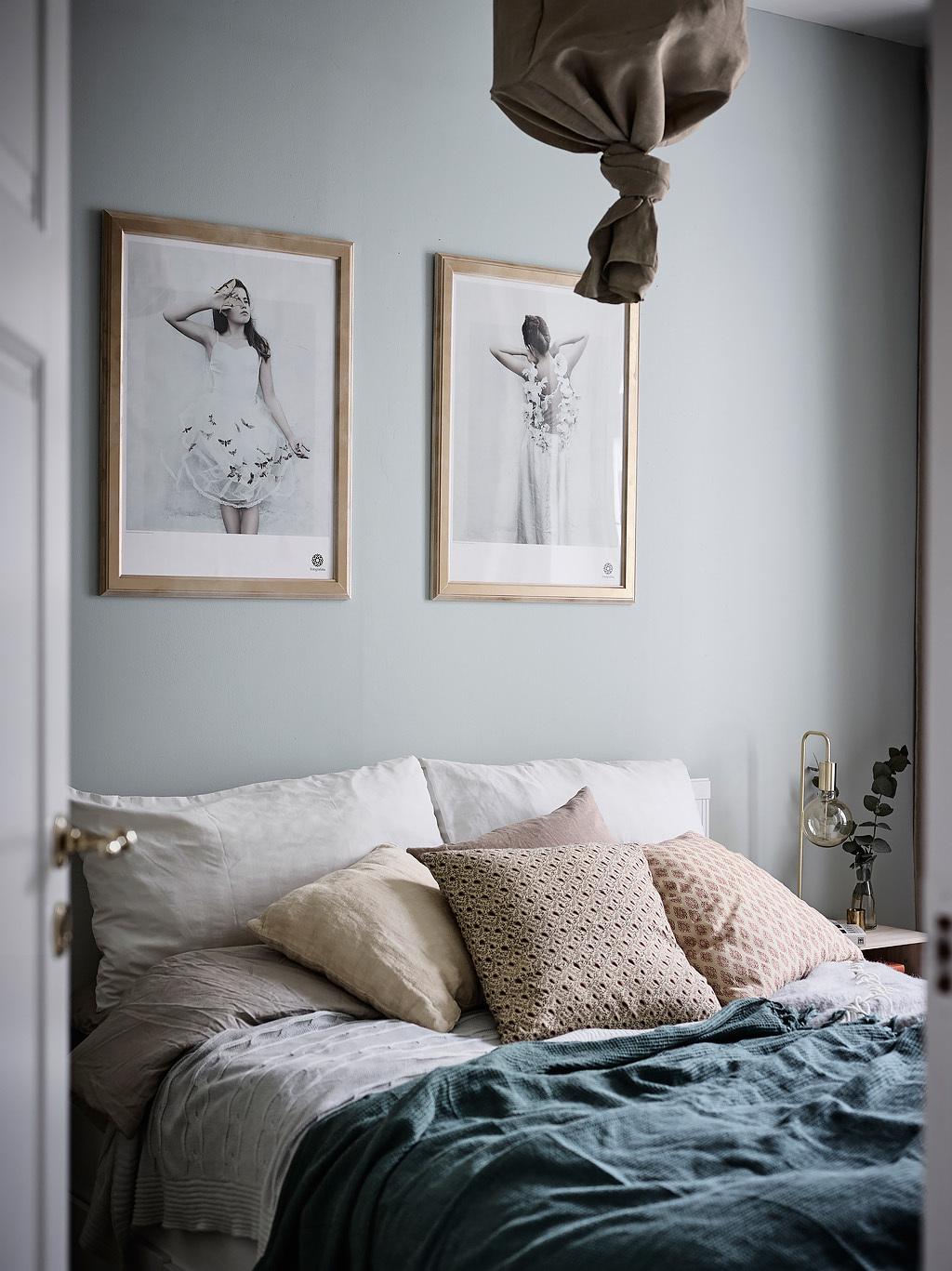 Deze slaapkamer heeft een stijlvol zacht kleurenpalet gekregen