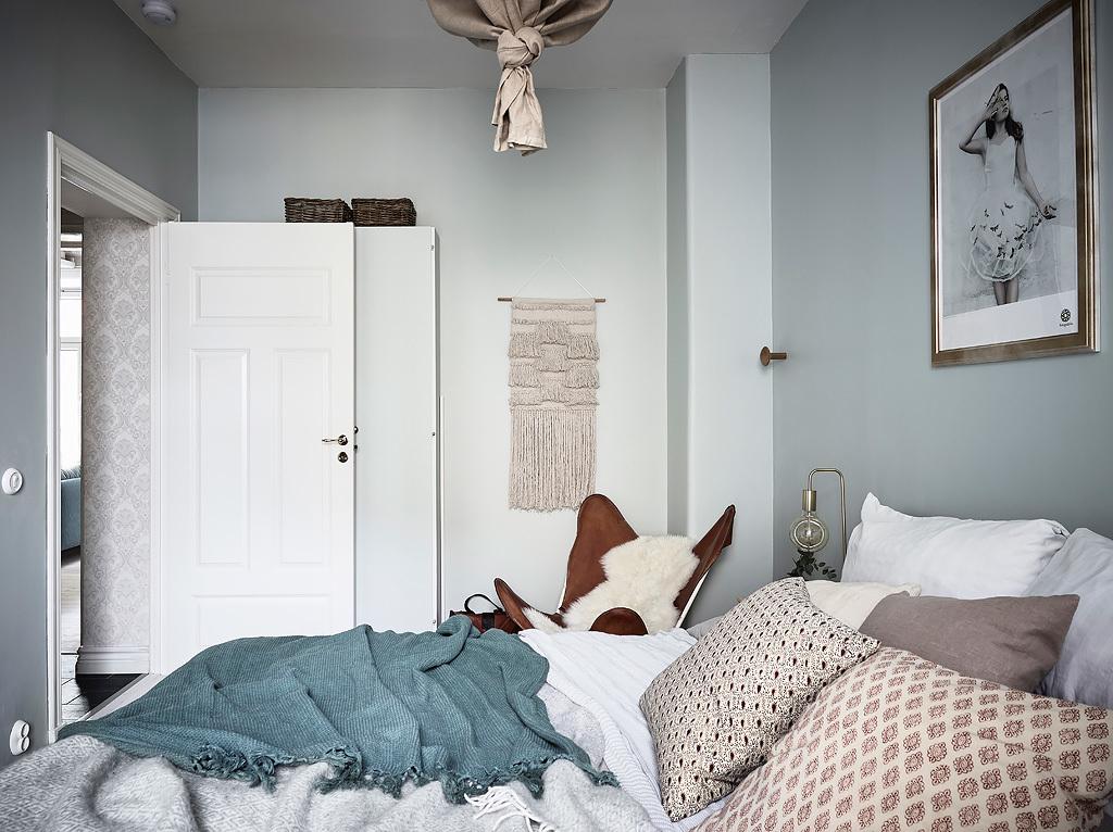 Slaapkamer Groen Grijs : Deze slaapkamer heeft een stijlvol zacht kleurenpalet gekregen