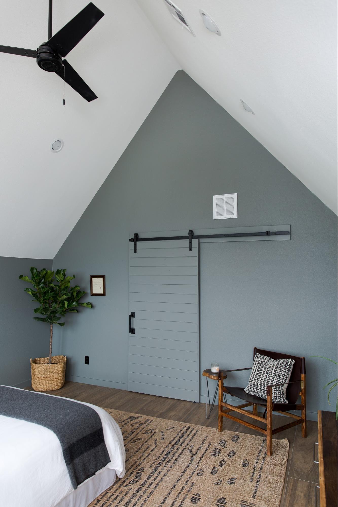 Deze slaapkamer is een stuk ruimtelijker en lichter geworden na de verbouwing
