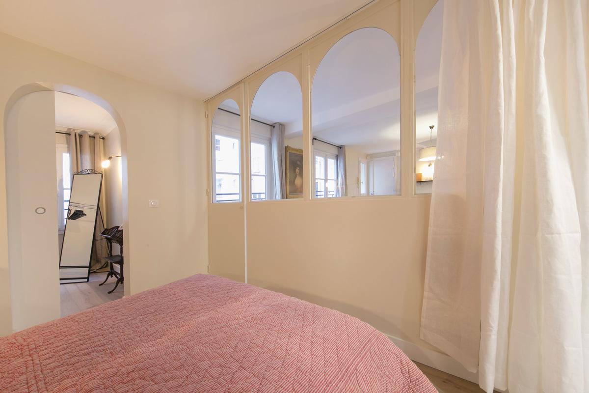 Boekenkast Behang Woonkamer : Deze slaapkamer is gedecoreerd met mooie boekenkast behang