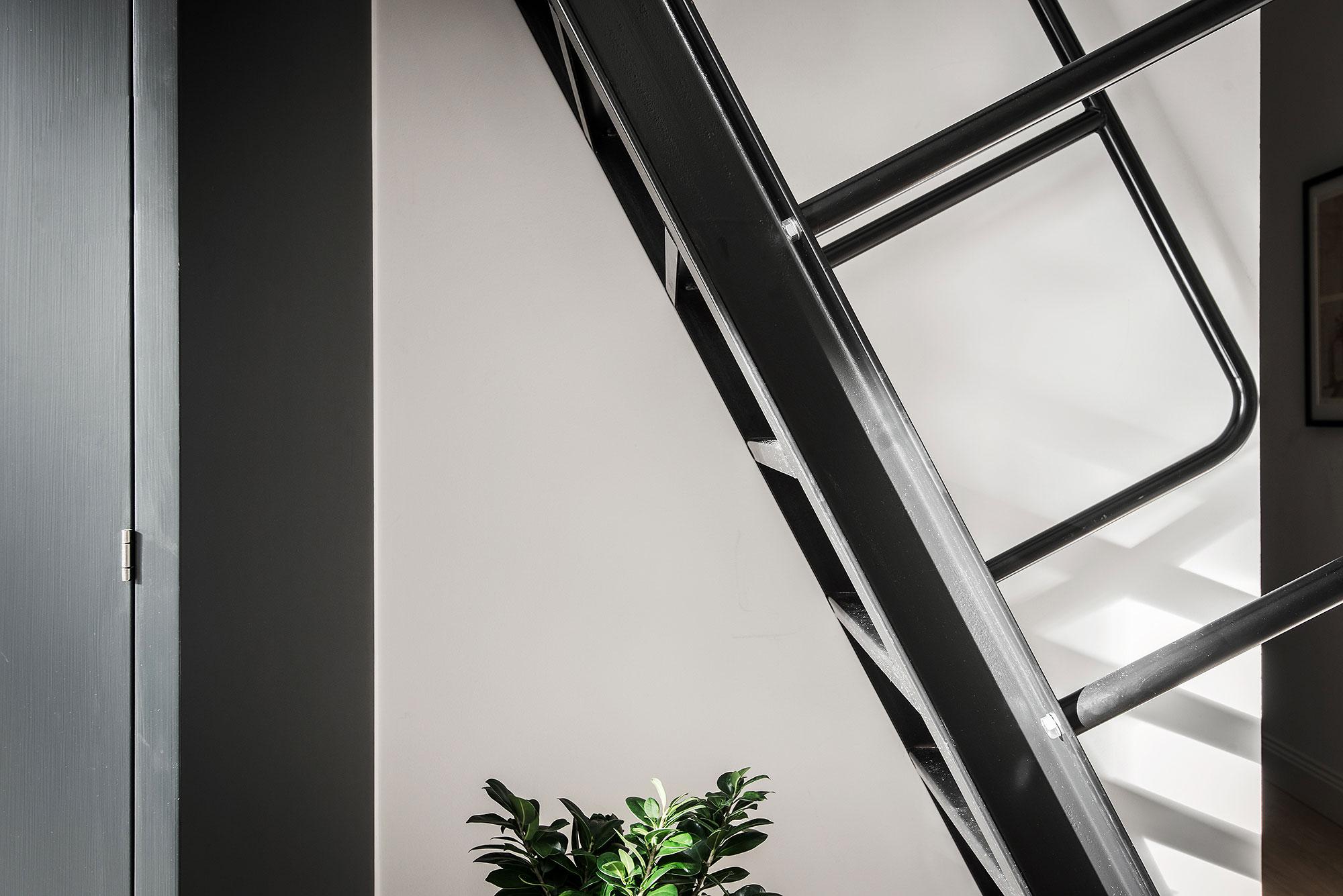 Deze slaapkamer is ingericht in de vide van een stoere Scandinavische loft