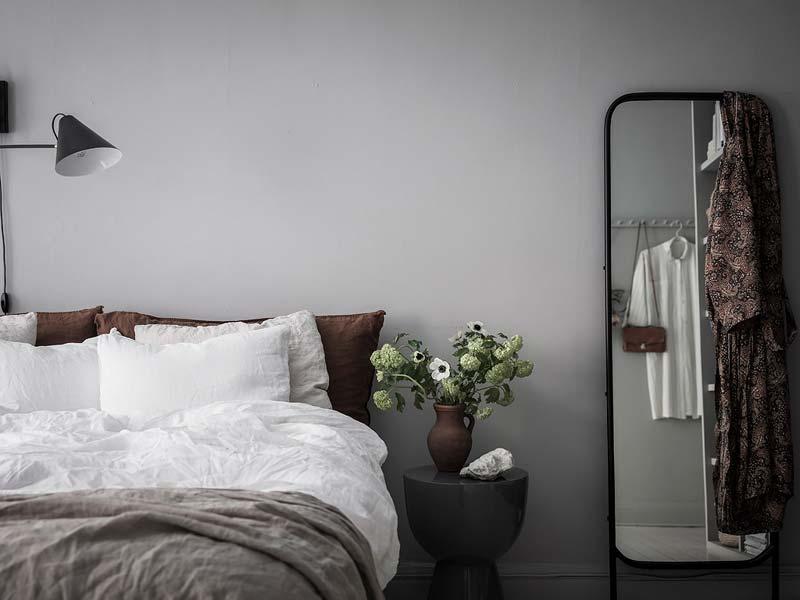 Deze slaapkamer met grijze muren is perfect gestyled