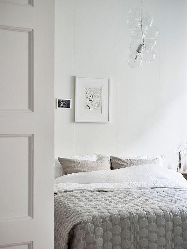 Deze stijlvolle slaapkamer is ingericht met een hele prettige frisse sfeer