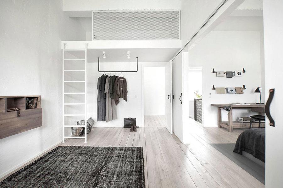 Deze twee stoere slaapkamers zijn verbonden middels grote dubbele deuren