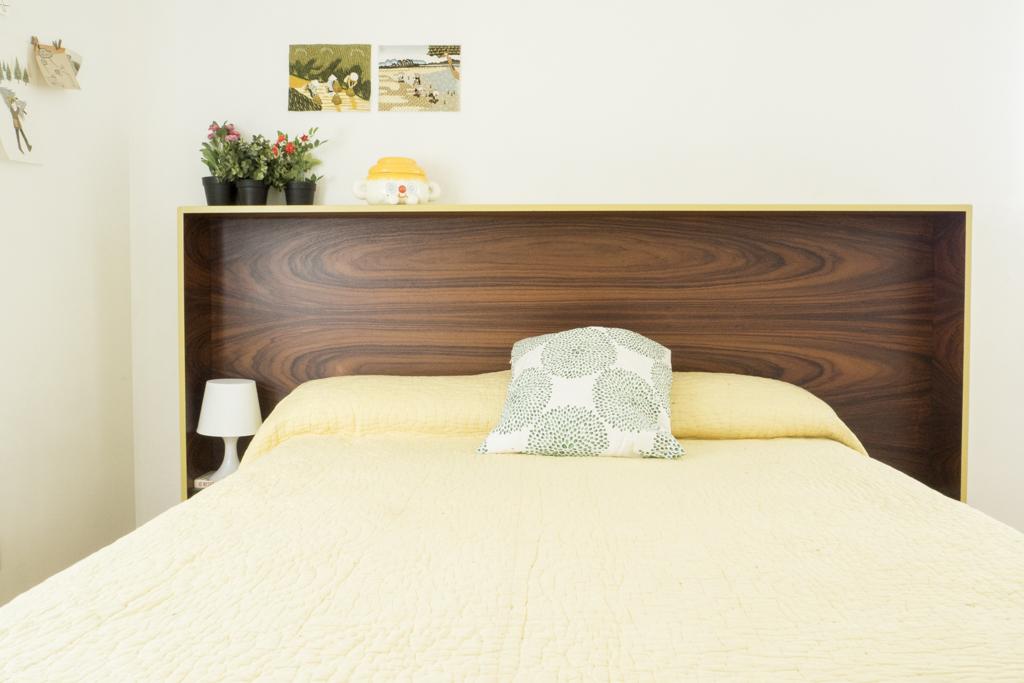 Dit eenvoudige hoofdbord vormt de blikvanger in deze slaapkamer