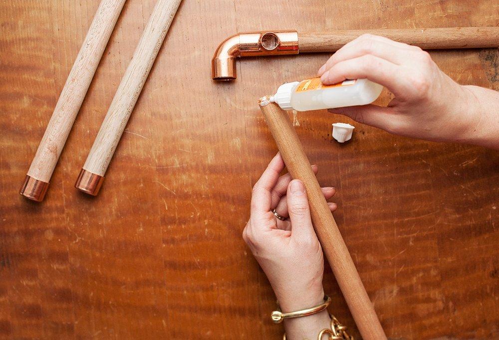 DIY hemelbed met houten stangen en koperen koppelingen