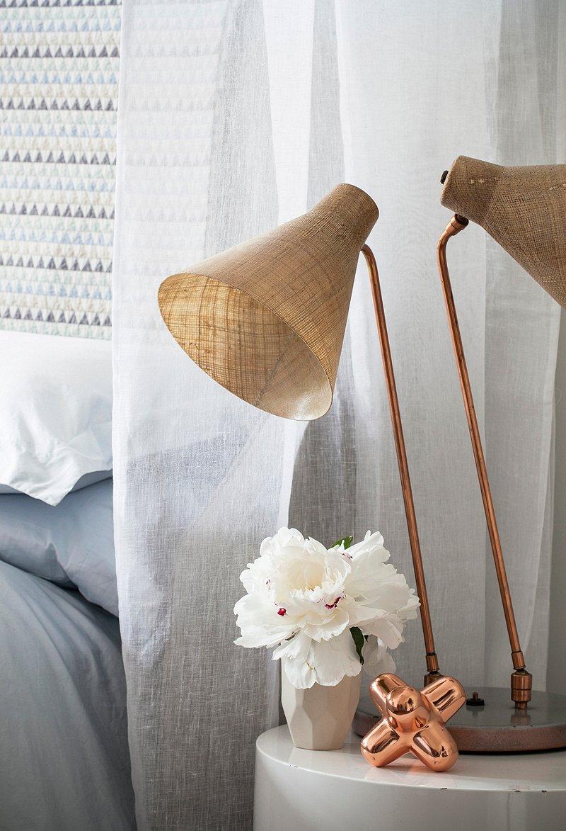 DIY hemelbed met houten stangen en koperen koppelingen  Slaapkamer ...
