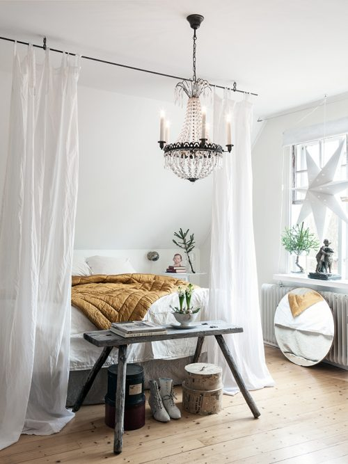 DIY hemelbed idee in slaapkamer met schuine wand