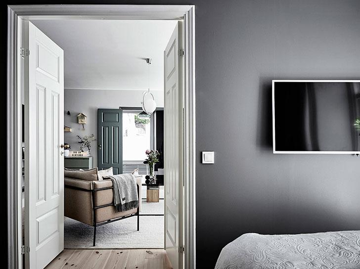 Een mooi balans met een houten vloer en donkergrijze muren