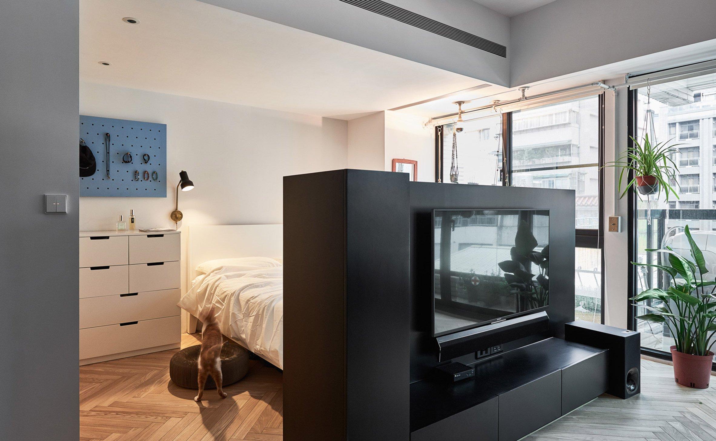 Slaapkamer In Woonkamer : Een multifunctionele scheidingswand scheidt hier slaapkamer van de