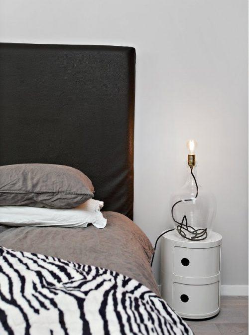 Eenvoudige slaapkamer gedecoreerd met leuke accessoires