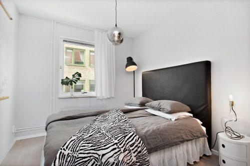 Eenvoudige slaapkamer gedecoreerd met leuke accessoires | Slaapkamer ...