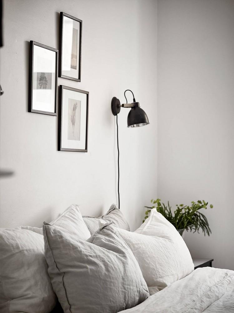 eenvoudige-slaapkamer-styling-aan-de-muur-bij-het-bed