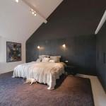 Elegante slaapkamer met half open badkamer