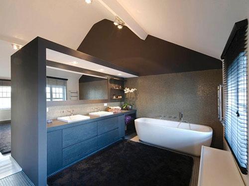 Elegante slaapkamer met half open badkamer  Slaapkamer ideeën