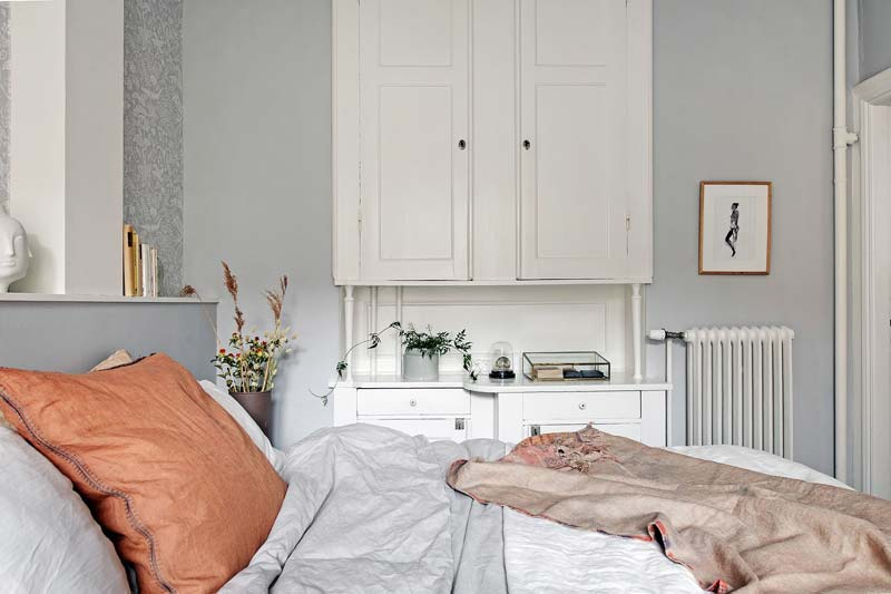 Frisse grijsblauwe slaapkamer met mooie vaste kasten