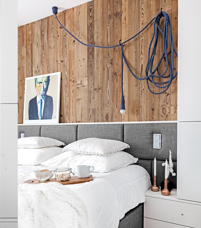 Frisse slaapkamer met stoere houten wandbekleding  Slaapkamer ideeën