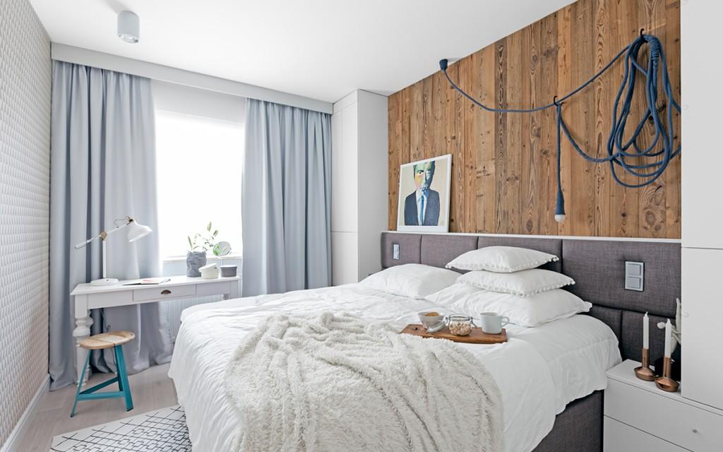 frisse-slaapkamer-met-stoere-houten-wandbekleding