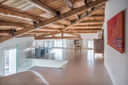 Gietvloer Op Slaapkamer : Strakke slaapkamer met rustiek houten ...