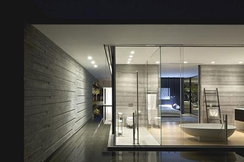 Glazen wanden in slaapkamer