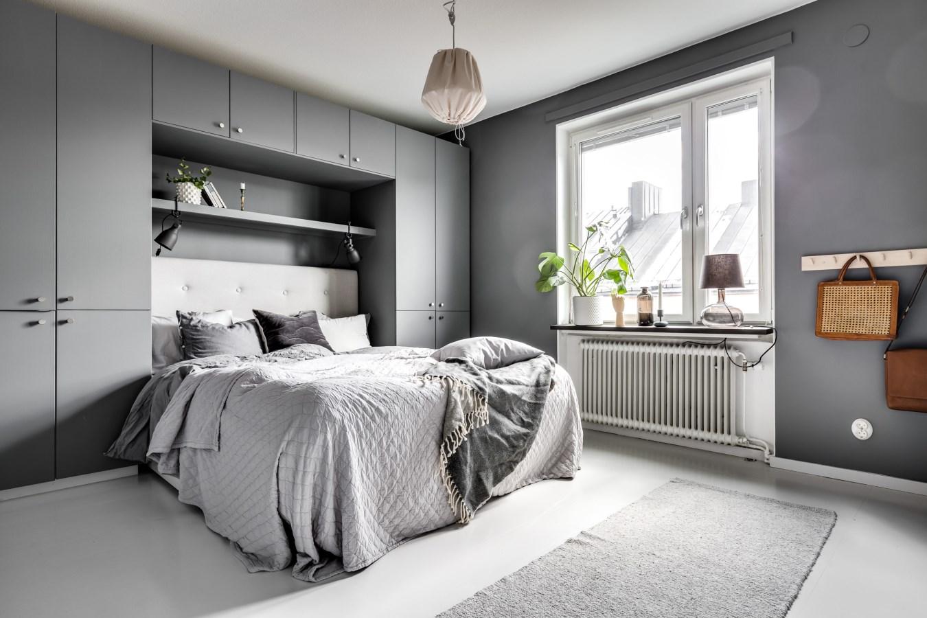 Grijs witte slaapkamer met inbouwkast als hoofdbord