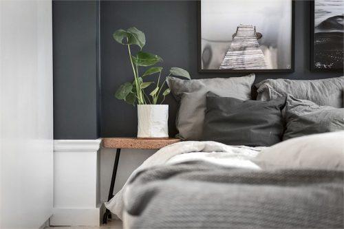 Grijswitte slaapkamer met openslaande deuren