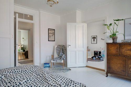 Een grijze muur in een witte slaapkamer  Slaapkamer ideeën